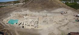 Селищна могила, поглед към част от крепостните стени и входа на селището; Провадия-Солницата; Праистория - Исторически музей град Провадия